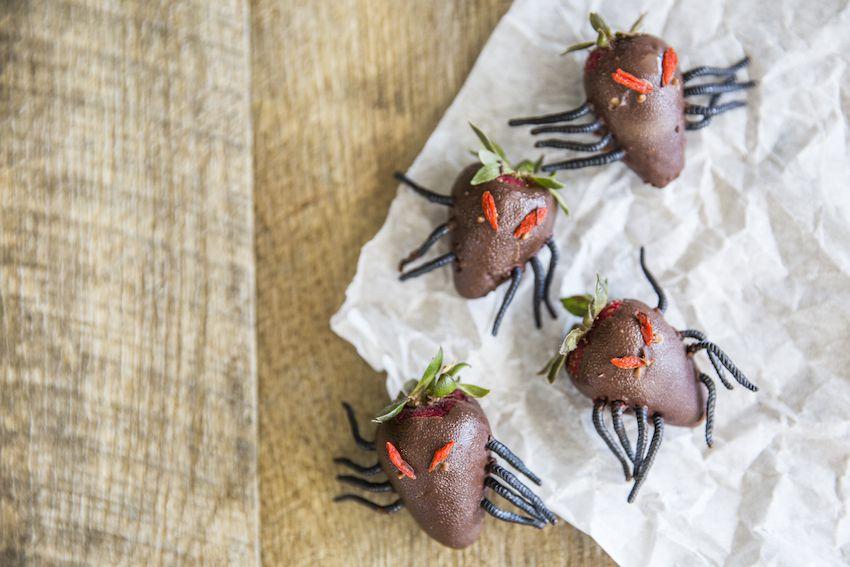 dulces y postres para halloween, aperitivos de halloween ricos, fresas con chocolate decoradas, ideas de comidas fáciles