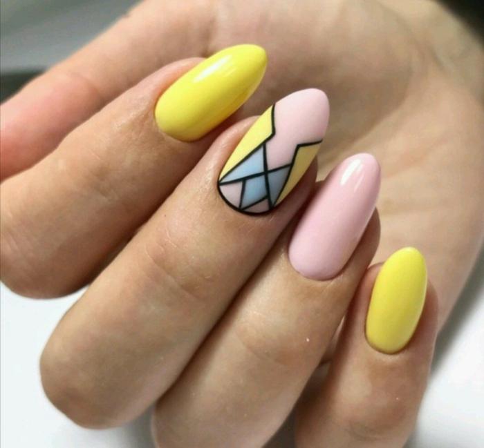 fotos con diseños de uñas y colores de uñas de moda, uñas largas almendradas pintadas en amarillo y rosado con detalles en azul