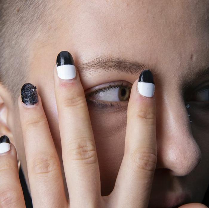 uñas decoradas en blanco y negro, diseños modernos manicura, ideas para tus uñas, más de 70 modelos en fotos