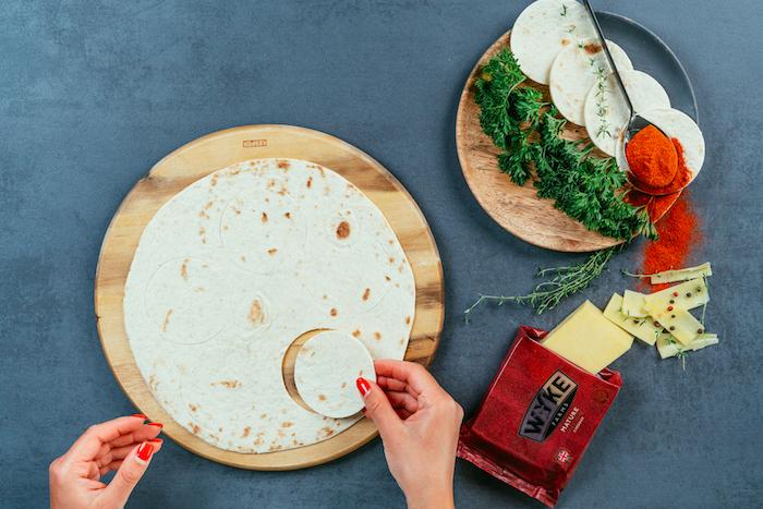 mini tacos mexicanos para hacer en casa paso a paso, trozos de tortilla de forma oval, ingredientes relleno de taco
