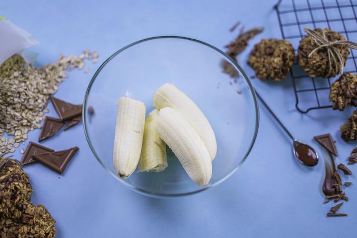 recipiente lleno de plátanos, copos de avena y chispas de chocolate, ideas para hacer recetas de galletas saludables