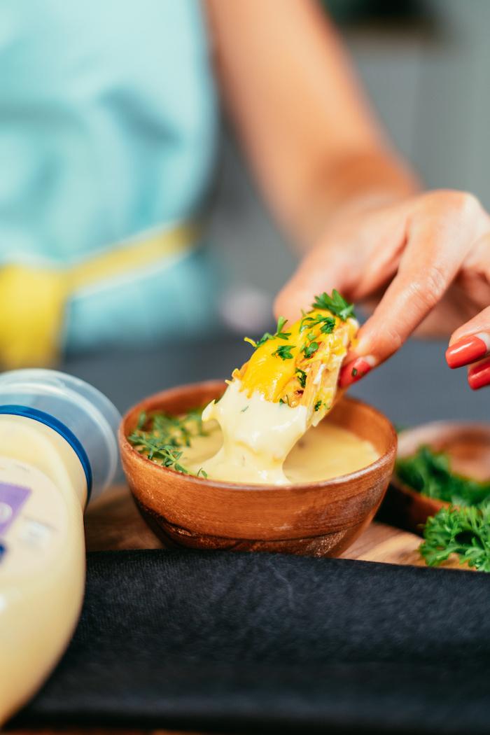 tacos ricos y fáciles de hacer en casa, ideas de tacos al pastor receta, mini tacos con salsa de mayonesa con ajo y perejil fresco