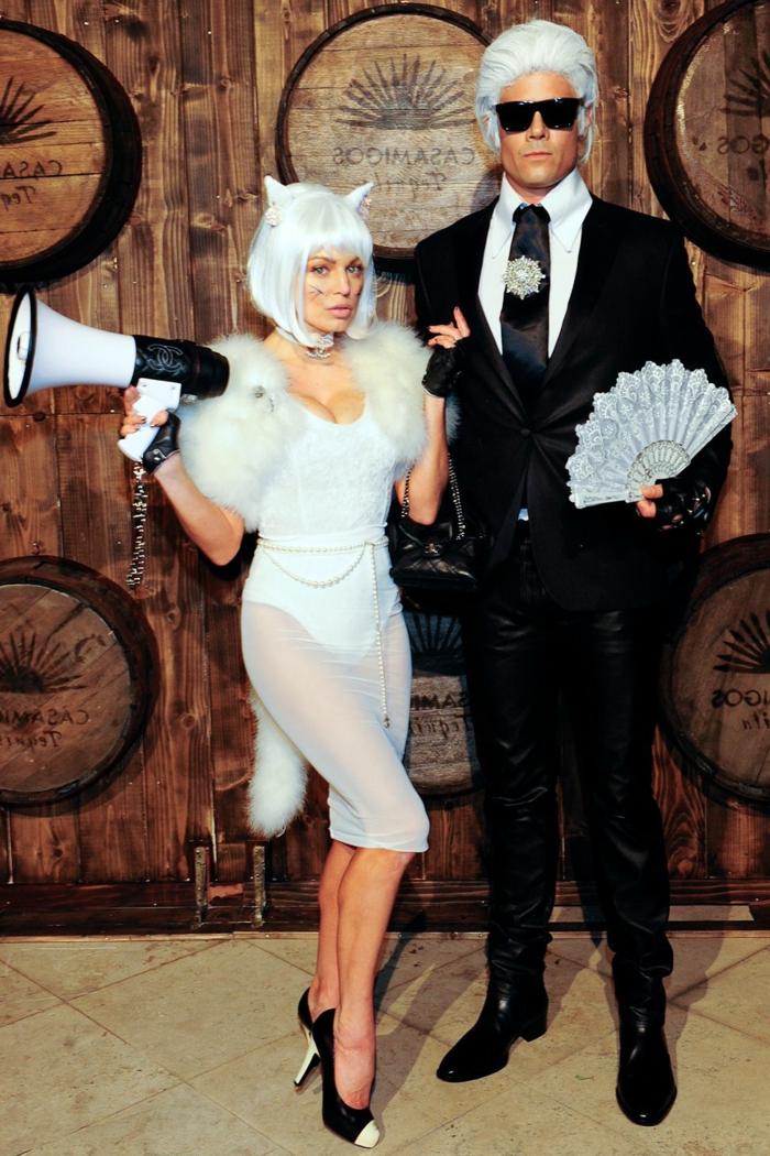 Fergie y su marido con unos disfraces de Karl Lagerfeld y su gato, elegantes ideas de disfraces en pareja para sorprender a tus amigos