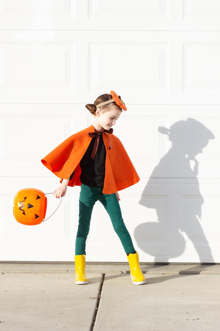 magnificas ides de disfraces de halloween originales, disfrace calabaza, capa de fieltro hecha a mano