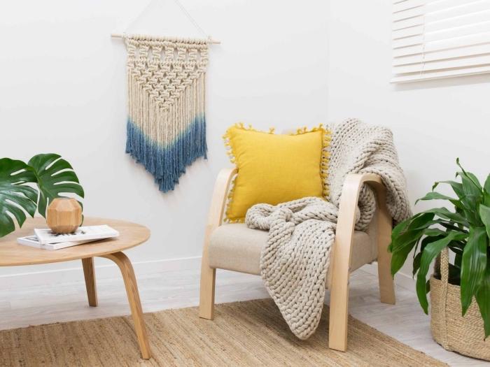 salón acogedor decorado en blanco con muebles de madera y plantas verdes, nudos macrame para hacer bonitos objetos decorativos