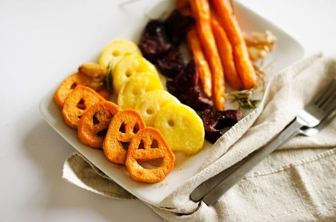 recetas de halloween originales y saludables, vegetales al horno personalizados para Halloween, ideas de comidas halloween