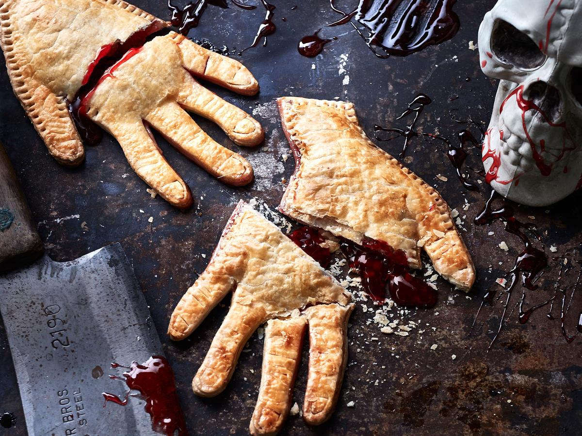 super originales ideas de recetas de halloween en fotos, empanadas dulces con mermelada de frutas, recetas asquerosas para Halloween