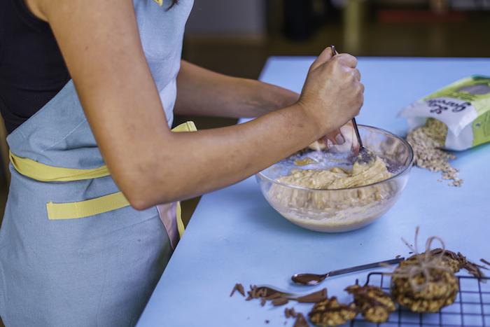 variante saludables de las cokkies americanas, galletas de avena ricas y fáciles de hacer en casa, mezcla de avenas, plátanos y extracto de vainilla