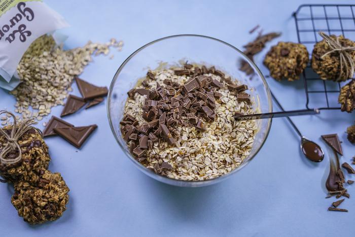 copos de avena, mezclados con trozos de chocolate, galletas de avena saludables paso a paso, fotos de galletas apetitosas