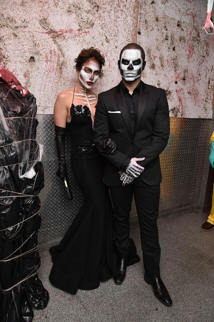 Jannifer Lopez luciendo encantadora en un disfraz esqueleto, disfraces de calaveras, caras pintadas para una fiesta de Halloween