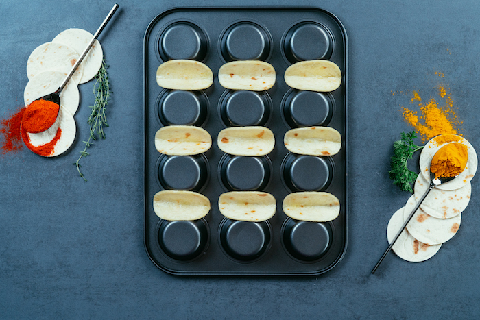ideas originales sobre como hacer tacos, mini tacos con pollo, verduras y queso cheddar rallado, ricos aperitivos paso a paso