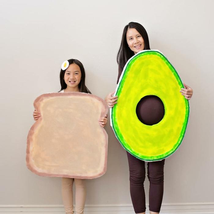 madre e hija disrazadas como tostada con aguacate, las mejores ideas de disfraces Halloween en 80 imagenes con algunos tutoriales
