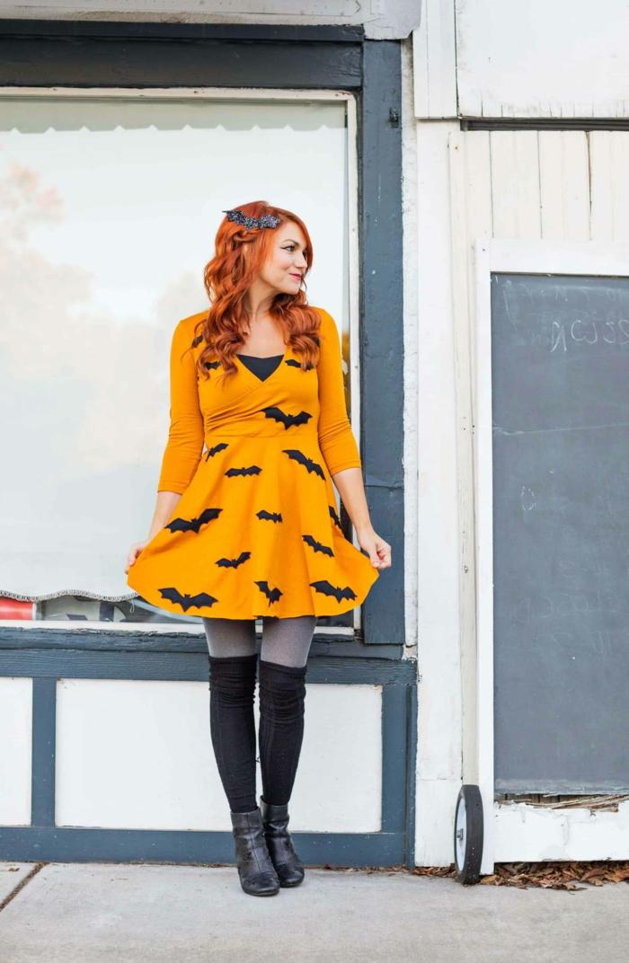 super fáciles ideas para un disfrace halloween casero, vestido color naranja con pequeños murciélagos de fieltro, originales ideas para este Halloween
