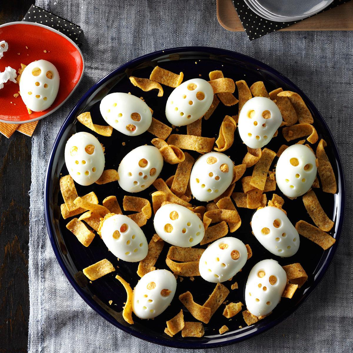 super originales ideas de comida para halloween, huevos originales con nachos, comidas fáciles y originales para hacer en una cena de Halloween