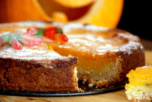 tarta de bizcocho original con mermelada de frutas, tarta con melocotones decorada en los colores típicos de Halloween