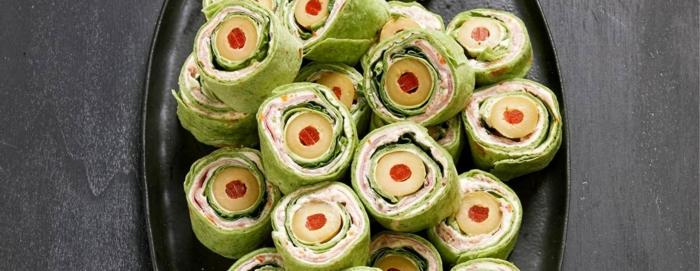 rollos con queso, crema, jamón, verduras y aceitunas, las mejores ideas de aperitivos halloween en bonitas imágenes