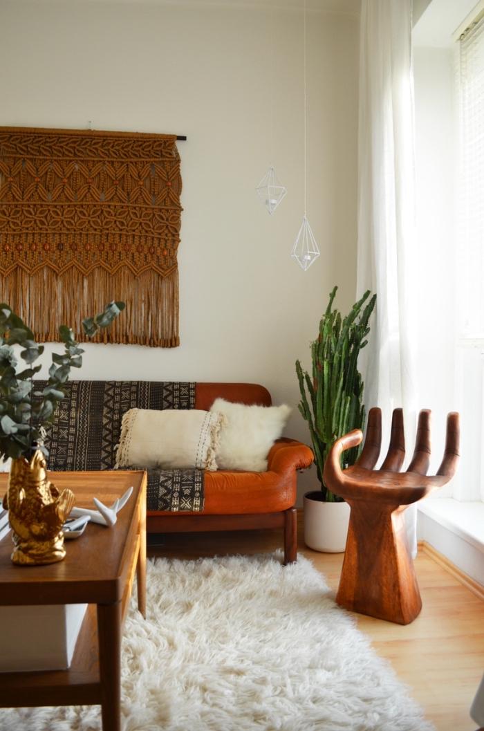 salón con paredes blancas decorado en estilo boho chic, ideas sobre macrame paso a paso , objetos decorativos DIy
