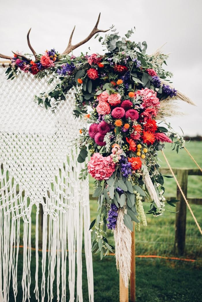 preciosa decoración para una boda boho al aire libre, altar con flores y decorado macrame, fotos de decoraciones bonitas