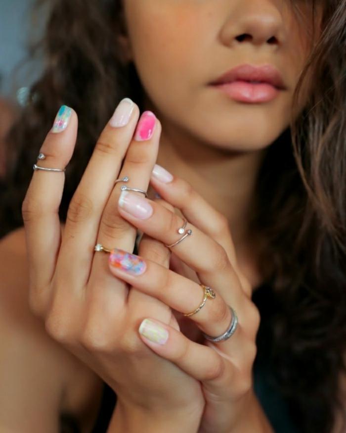 manchas de colores en las uñas, decoracion de uñas en colores vibrante, diseños de manicura bonitos y modernos 2019 2020