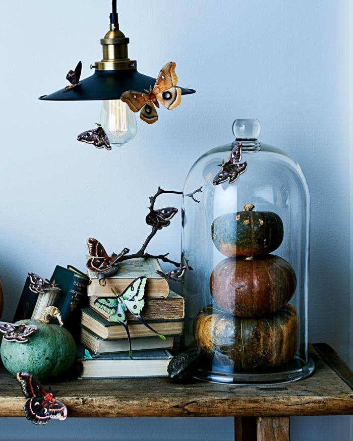 fantásticas ideas sobre cómo decorar la casa en halloween, mariposas de papel 3D, decoración salón en estilo rústico