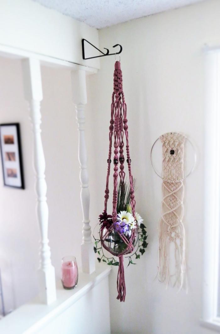 objetos decorativos colgados en la pared, detalles hechos de macrame originales con cuerda en color morado, fotos de colgantes macrame