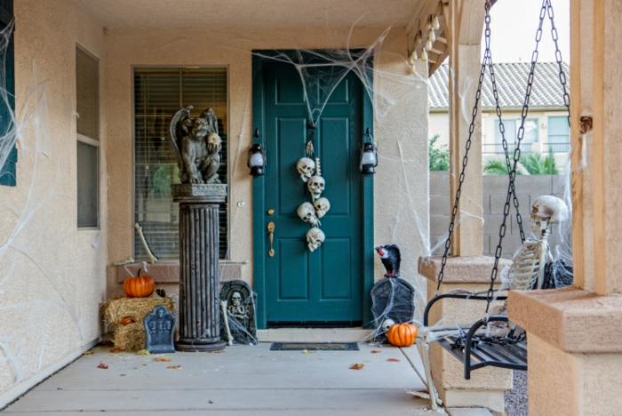 ideas originales de decoracion puertas halloween, porche decorado para la noche de Halloween de una manera super original