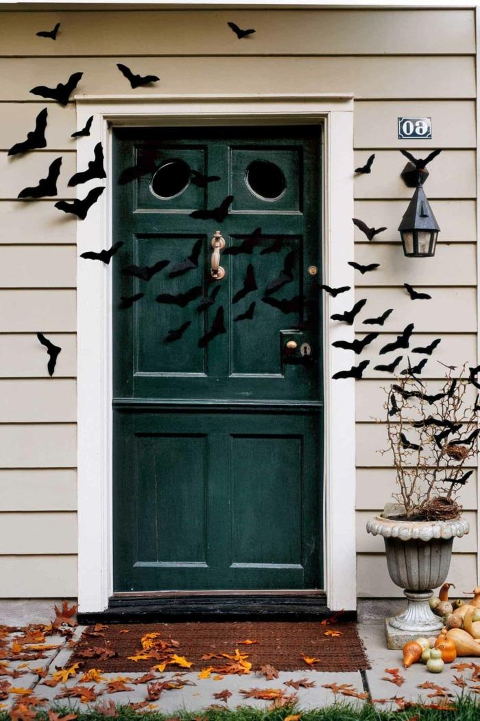 murciélagos de plástico para decorar la casa, ideas de decoracion puertas halloween, fotos de casas decoradas para halloween
