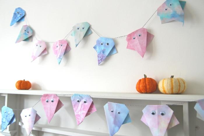 adornos halloween caseros para decorar la casa, guirnalda de papel con fantasmas en colores pastel, tutoriales de manualidades fáciles y rápidas