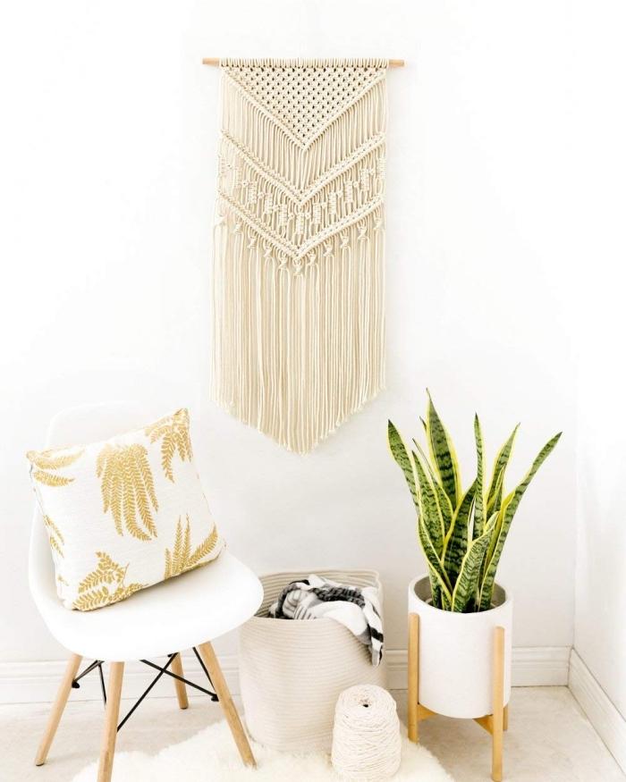manualidades con macrame para decorar el hogar, rincón decorado en estil oboho chic con paredes blancas y detalles decorativos boho