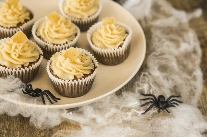 magdalenas caseras con calabaza decoradas para Halloween, postres de Halloween y comidas con calabaza, recetas fáciles y rápidas