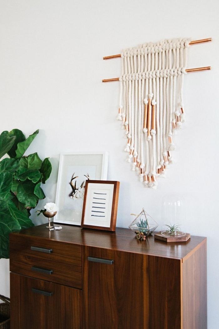 salón decorado en estilo vintage con paredes blancas y detalles macrame en la pared, ideas de manualidades con macrame