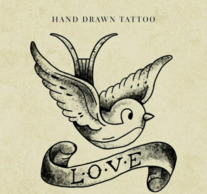 ideas de tatuajes que puedes entintar en tu piel, tatuaje old school con ave, diseños de tatuajes con letras bonitos