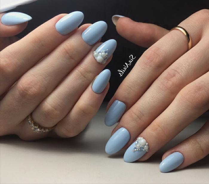 elegantes modelos de uñas en colores pastel, uñas largas pintadas en azul suave con decoración con perlas blancas