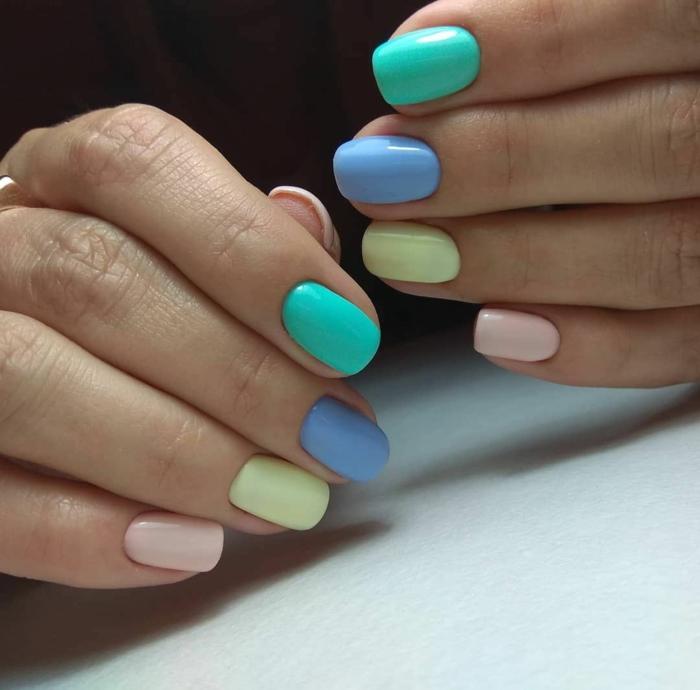 colores pasteles en las uñas, tonos del azul, verde, amarillo y rosado pastel, uñas de gel decoradas en bonitos colores