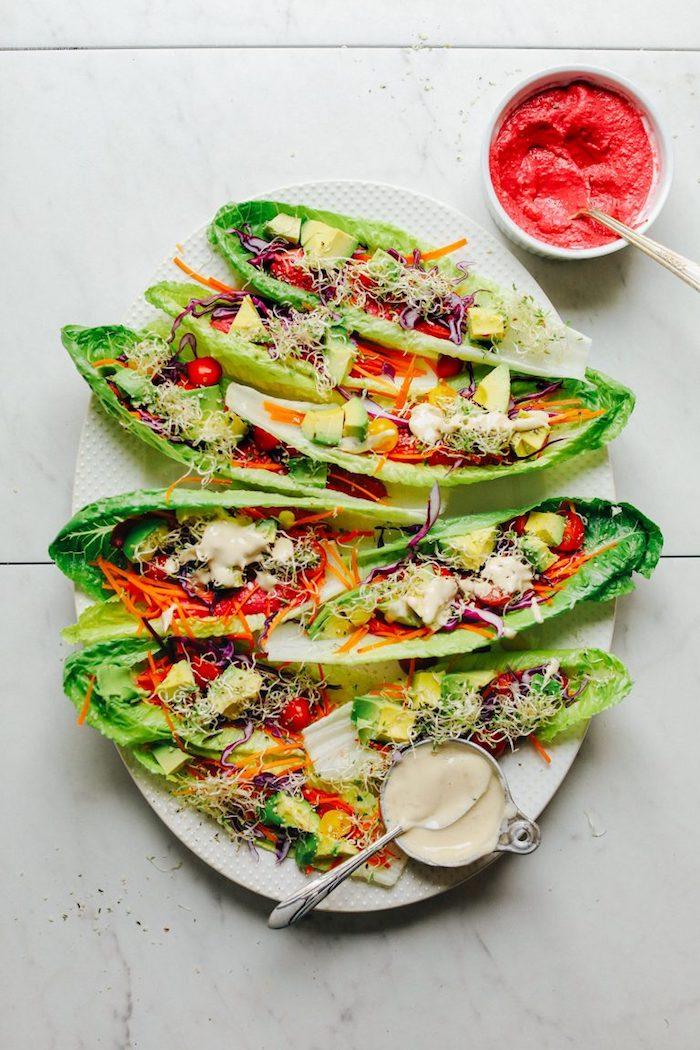 entrantes y comidas fáciles de hacer para una fiesta con amigos, barcos de lechuga con vegetales y salsa roja, fotos de comidas ricas