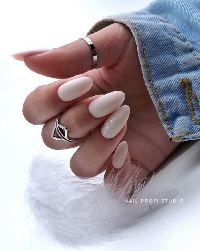 colores neutrales en las uñas y acabado mate, fotos de uñas decoradas diseños actuales, uñas largas almendradas