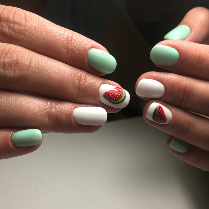 combinaciones de colores, uñas acabado mate pintadas en blanco y verde menta con bonitos dibujos, uñas de gel blancas