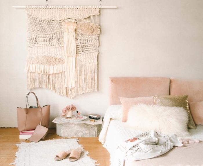 detalles para decorar la casa, paredes blancas, dormitorio acogedor en blanco y rosado con detalle macrame DIY