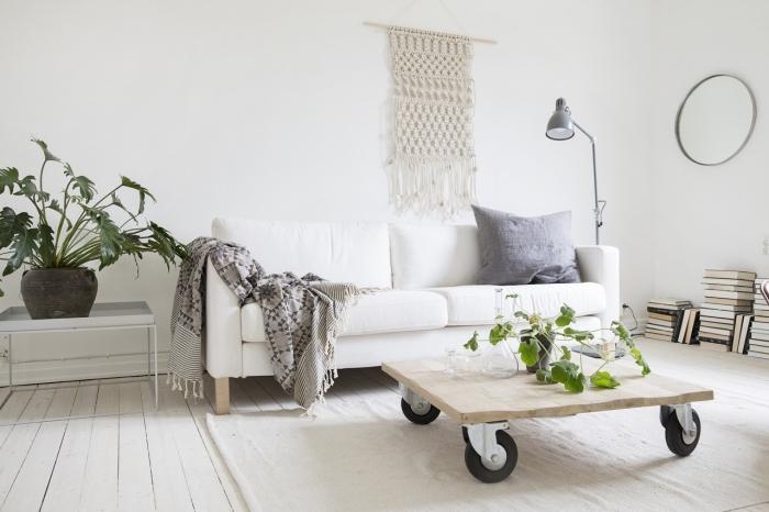 precioso salón decorado en blanco y negro en estilo boho chi, decoración minimalista, plantas verdes y paredes blancas