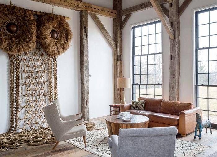 decoración salón en estilo rústico, sofá color marrón, alfombra ornamentada y vigas en el techo, decoracion boho chic