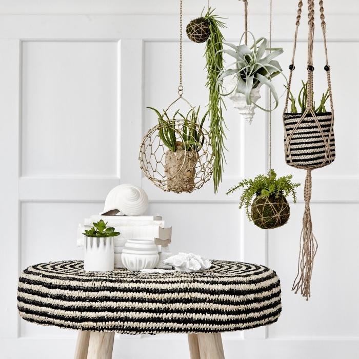 preciosa decoracion salón en blanco y negro, colgantes macrame con plantas verdes, decoracion con plantas suculentas