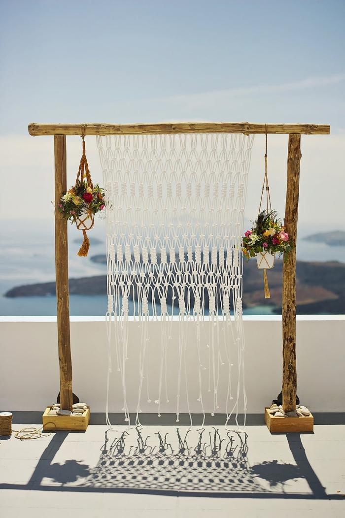 bonito altar de boda con cortina macrame y decoración con flores, fotos de decoraciones de bodas al aire libre con detalles macrame