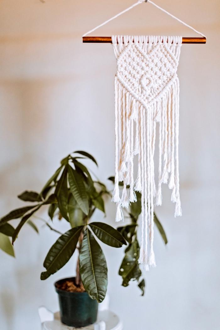 precioso detalle decorativo en macrame, decoracion habitacion con plantas verdes y detalles de macrame, manualidades con macrame ideas