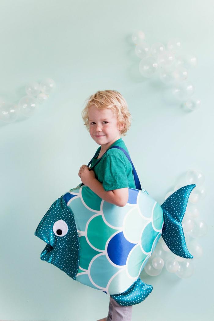 disfraz niño pez, disfraz de halloween niña y niño, coloridas ideas de disfraces para fiestas de Halloween, fotos de disfraces