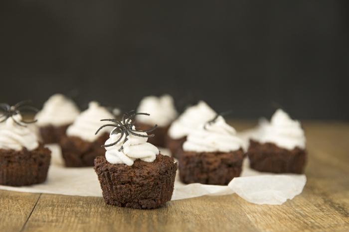 dulces de Halloween decorados de manera original, magdalenas de chocolate con nata, fotos de postres y golosinas Halloween