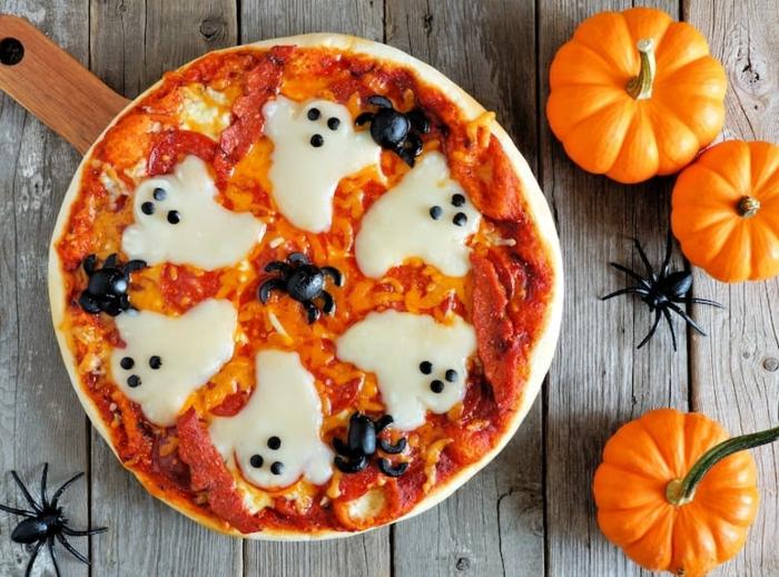 recetas terrorificas para halloween, pizza con salsa de tomates, chorizo y quesos en forma de fantasmas, super originales ideas Halloween