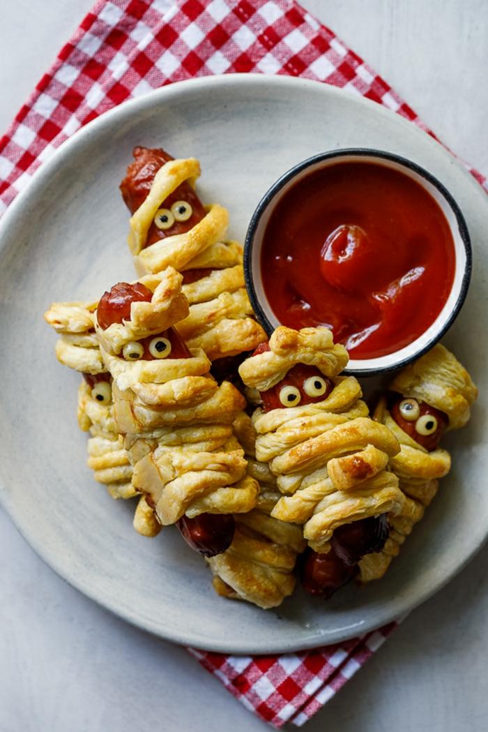 bonitas ideas de recetas terrorificas para halloween, empanadas con salchichas y salsa picante, ideas de entrantes para halloween
