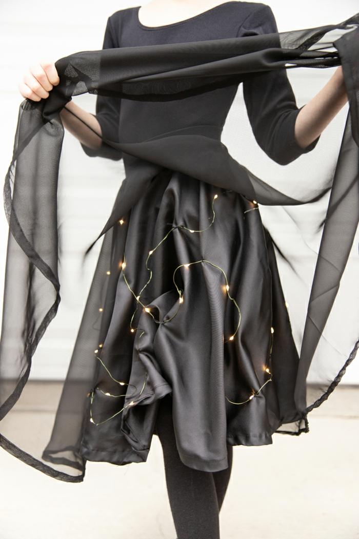 fantásticas ideas y trucos para disfraces de halloween caseros, bombillas con luces debajo de la falda, disfrace bruja
