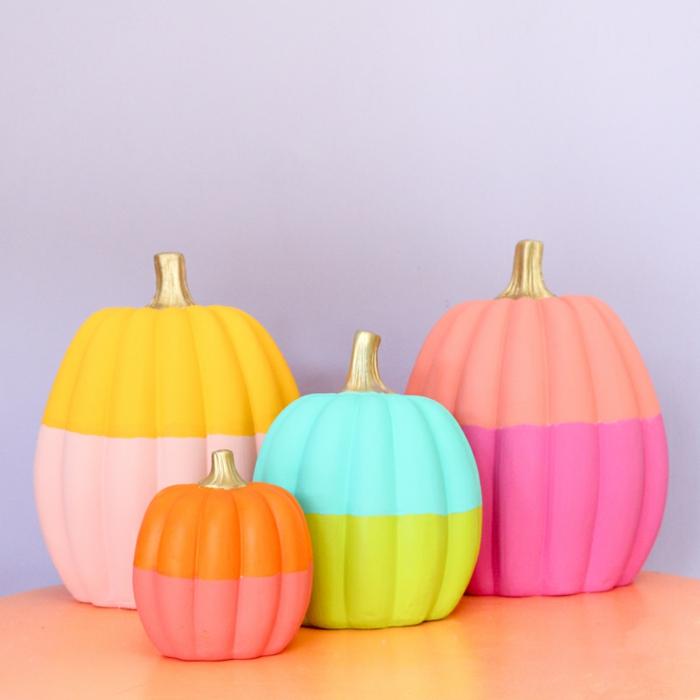 decoración Halloween con calabazas en diferentes colores, manualidades de halloween originales, calabazas coloridas DIY