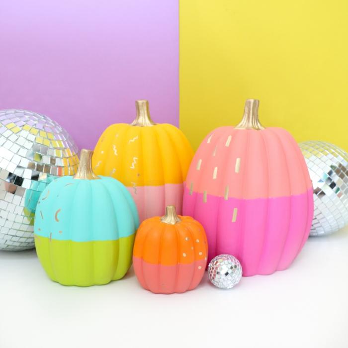calabazas coloridas en colores con acabado mate, decoración salón para una fiesta de Halloween, ideas para decorar la casa